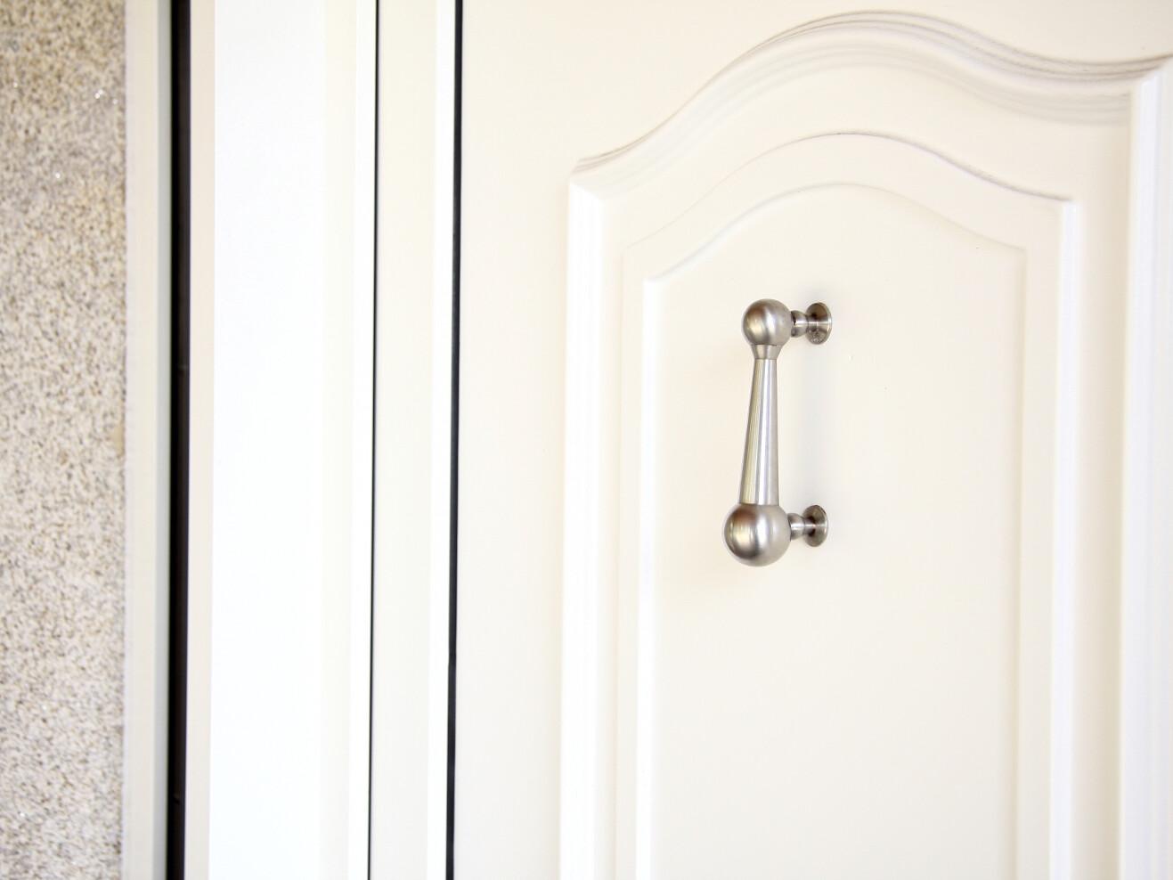 Llamador en puerta blanca