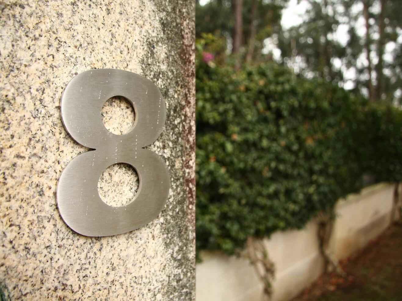 Numero 8 en pared granito